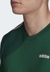adidas Performance - ESSENTIALS 3-STRIPES T-SHIRT - T-shirts print - green - 4