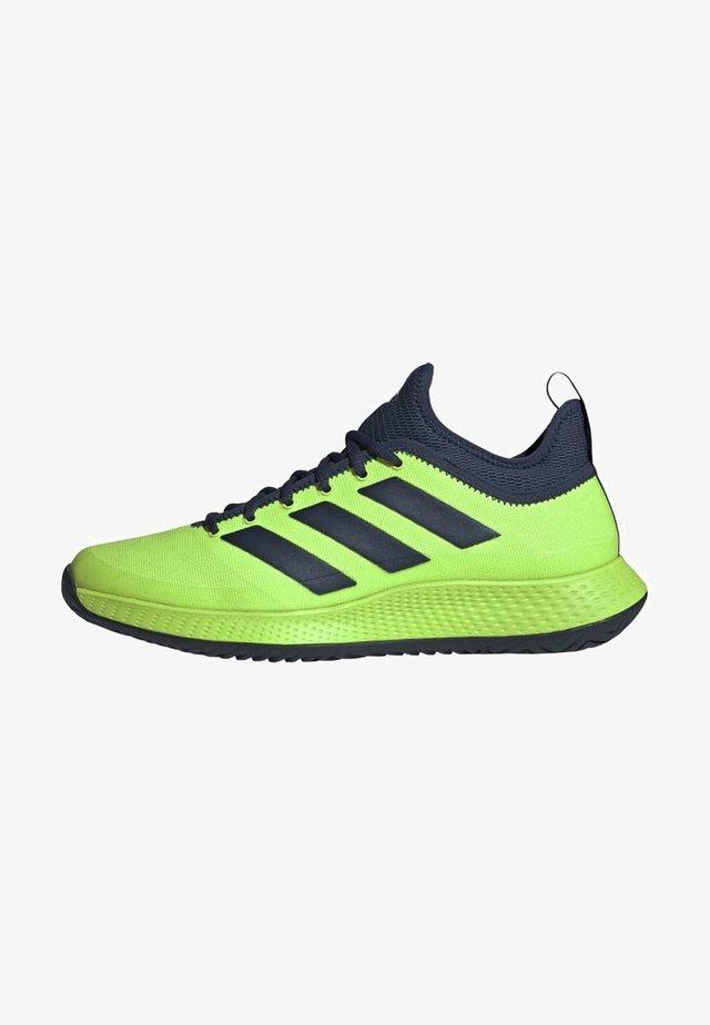 DEFIANT GENERATION MULTICOURT TENNIS SHOES - Buty tenisowe uniwersalne - green