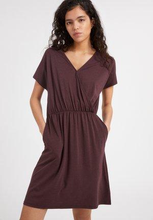 LAAVI - Jersey dress - aubergine