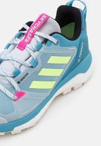 adidas Performance - TERREX SKYCHASER 2 GTX - Fjellsko - haze blue/hi-res yellow/screaming pink - 5