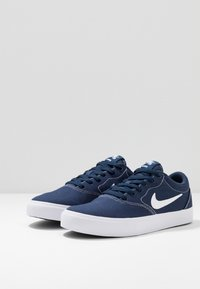 Nike SB - CHARGE SLR - Sneakers - midnight navy/white/light brown - 2