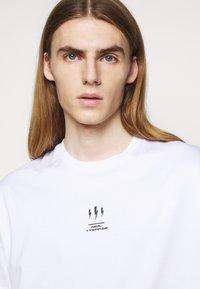 Neil Barrett - TRIPTYCH THUNDER EASY - T-shirts med print - white/black - 4
