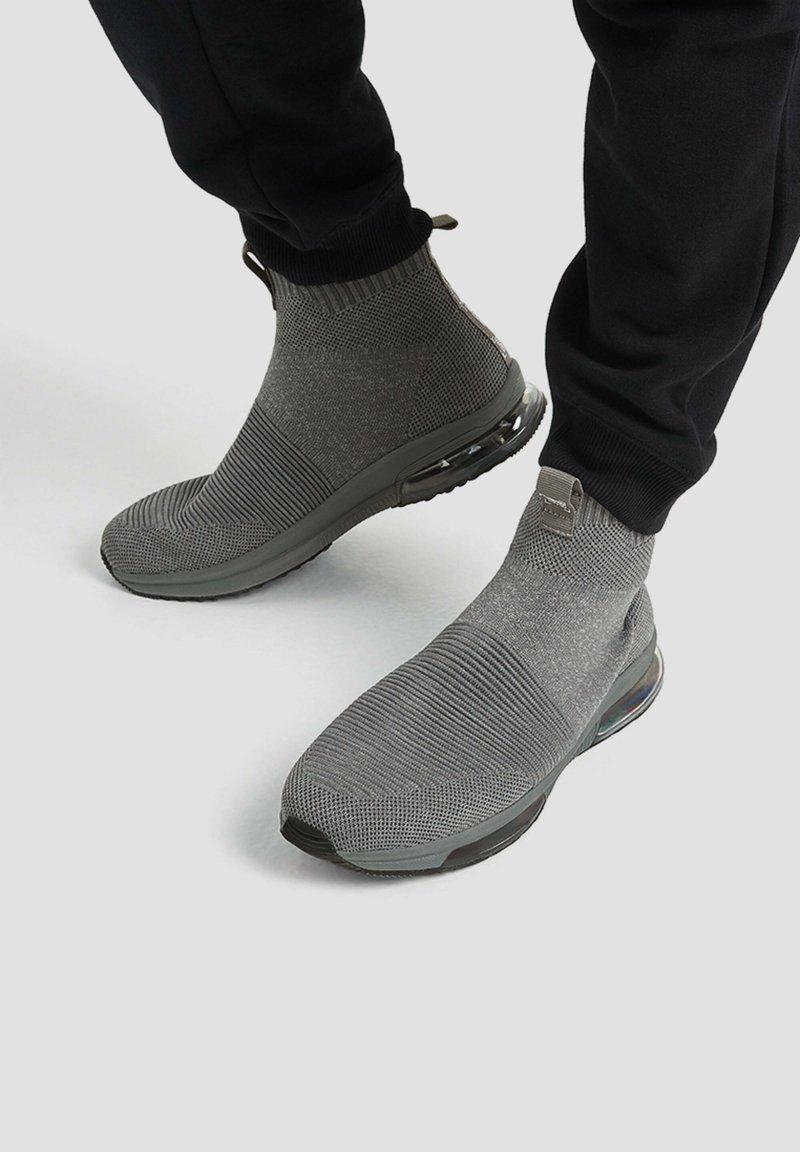 PULL&BEAR - Vysoké tenisky - grey