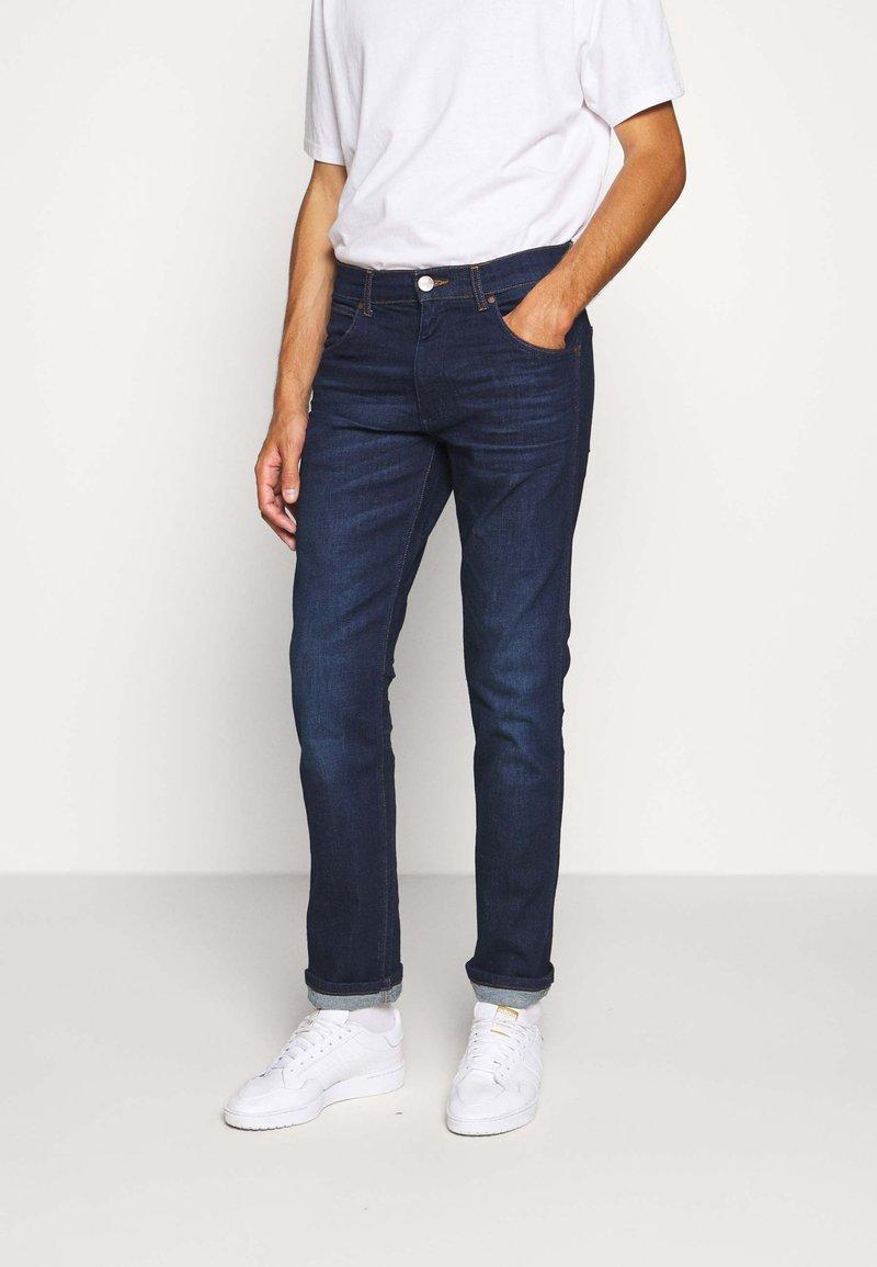 Wrangler - GREENSBORO - Jeans straight leg - dark fever