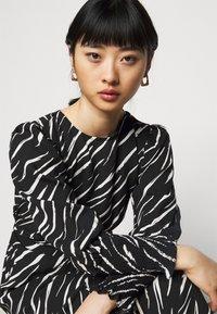 New Look Petite - SHIRRED DETAIL ZEBRA MIDI DRESS - Day dress - black - 4