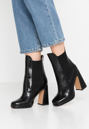 LOLA SKYE LOOPER ASYMETRIC SQUARE TOE BOOT - High heeled ankle boots - black