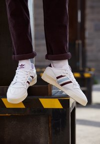 adidas Originals - RIVALRY SPORTS INSPIRED SHOES UNISEX - Zapatillas - footwear white/maroon/clear sky - 2