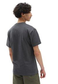 Vans - MN WOVEN PATCH POCKET M - T-shirt med print - asphalt - 1