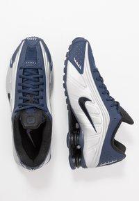 Nike Sportswear - SHOX R4 - Trainers - midnight navy/black/metalic silver - 2