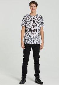 Mr. GUGU & Miss GO - Print T-shirt - white - 0