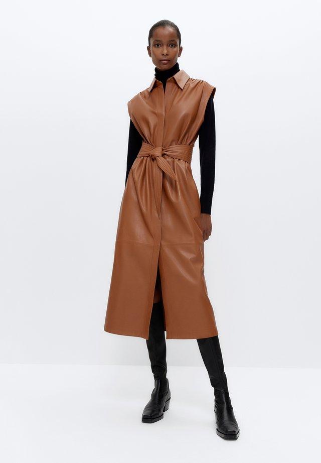 MIT GÜRTEL - Korte jurk - brown