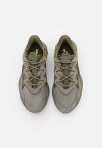 adidas Originals - OZWEEGO UNISEX - Sneakers laag - trace cargo/night cargo/raw khaki - 3
