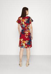 Vila - VIDIANA FLOUNCE DRESS - Robe d'été - winetasting - 2