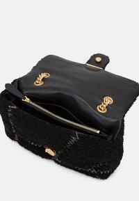 Pinko - LOVE CLASSIC PUFF FURRY CLECOMONTONE RICAMO PATCH - Across body bag - black - 3