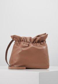 PCBAGGIO CROSS BODY KEY - Across body bag - tobacco brown