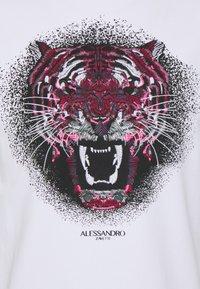 Alessandro Zavetti - GROWLER RED TEE - Triko spotiskem - optic white/red - 2