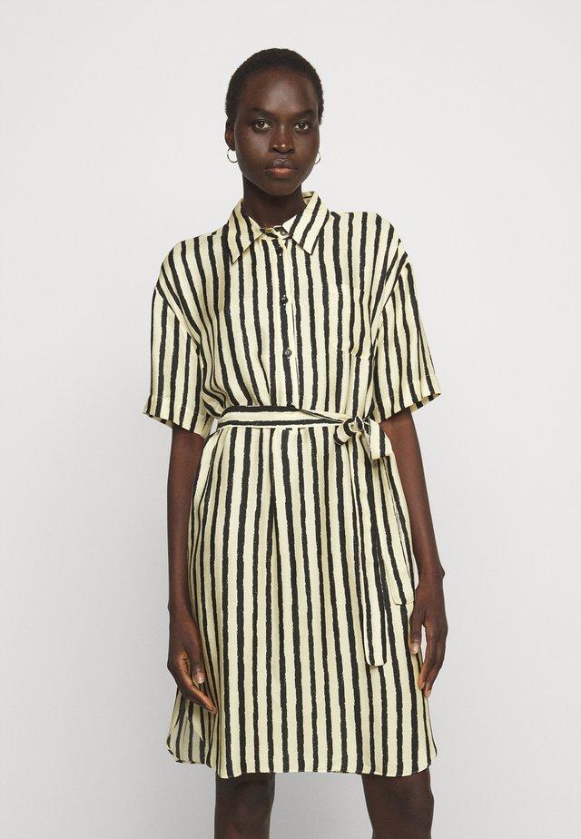 PERSIS - Sukienka koszulowa - yellow