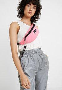 HXTN Supply - PRIME BUM BAG - Rumpetaske - neon pink - 1
