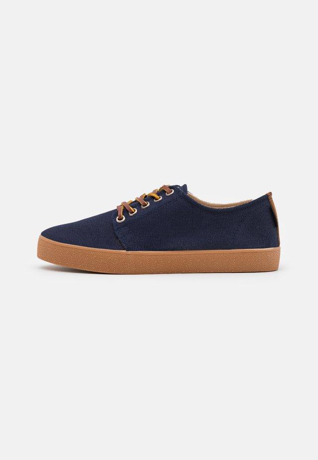 HIGBY UNISEX - Sneakersy niskie - ocean/caramel