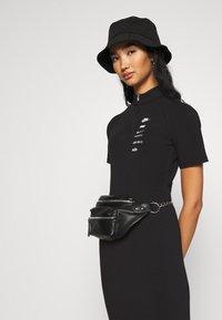 Nike Sportswear - DRESS - Jerseykjoler - black/white - 4