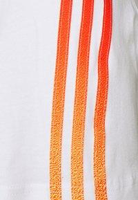 adidas Originals - STRIPE UNISEX - T-shirt imprimé - white/multicolor - 6