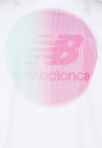 New Balance - ESSENTIALS TOKYO NIGHTS CIRCLE  - Print T-shirt - white - 2