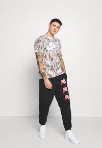 Nike Sportswear - TEE CLUB - Camiseta estampada - photon dust/grey fog/college grey/white - 1