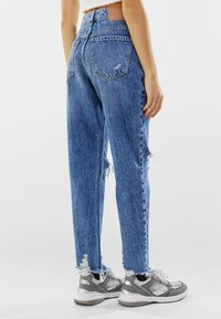 Bershka - MOM FIT JEANS - Relaxed fit jeans - dark blue - 2