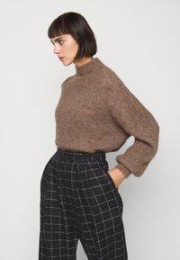 Won Hundred - BLAKELY - Sweter - brown melange - 3