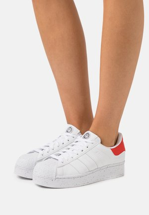 SUPERSTAR BOLD - Sneaker low - footwear white/red