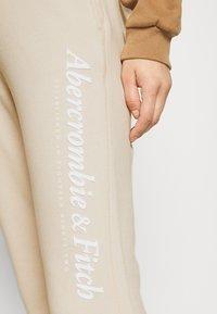 Abercrombie & Fitch - GARAMOND LOGO CLASSIC - Tracksuit bottoms - cream - 4