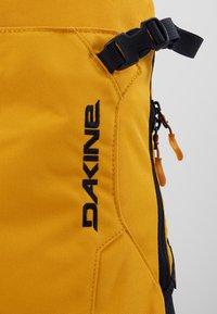 Dakine - HELI PACK 12L - Batoh - golden glow - 7