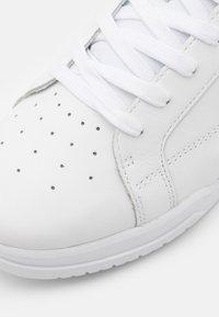 Lacoste - TWIN SERVE - Sneakers basse - white/dark green - 5