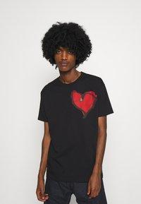 Vivienne Westwood - HEART CLASSIC - Print T-shirt - black - 0