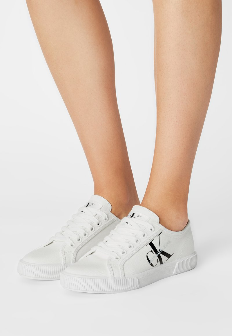 Calvin Klein Jeans - VULCANIZED SNEAKER LACEUP CO - Trainers - Matalavartiset tennarit - bright white