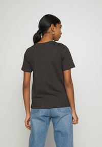 Even&Odd - HATTIE MIRRORED DRAGONS TEE - Triko s potiskem - 801 - anthracite - 2