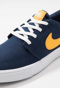 Nike SB - PORTMORE II SOLAR - Sneakers laag - midnight navy/universe gold/white/black - 5
