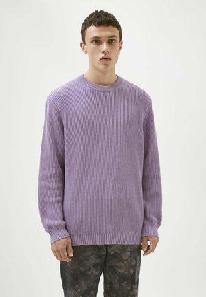 Stickad tröja - mottled purple