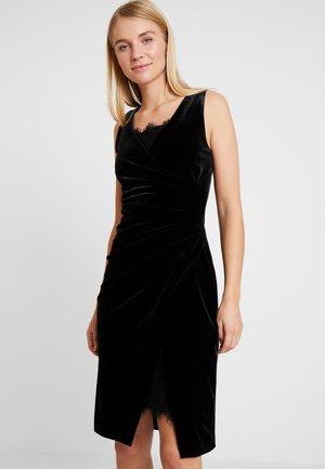 Pouzdrové šaty - black velv