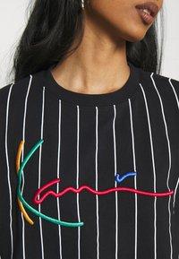Karl Kani - SIGNATURE PINSTRIPE TEE - Print T-shirt - black - 3