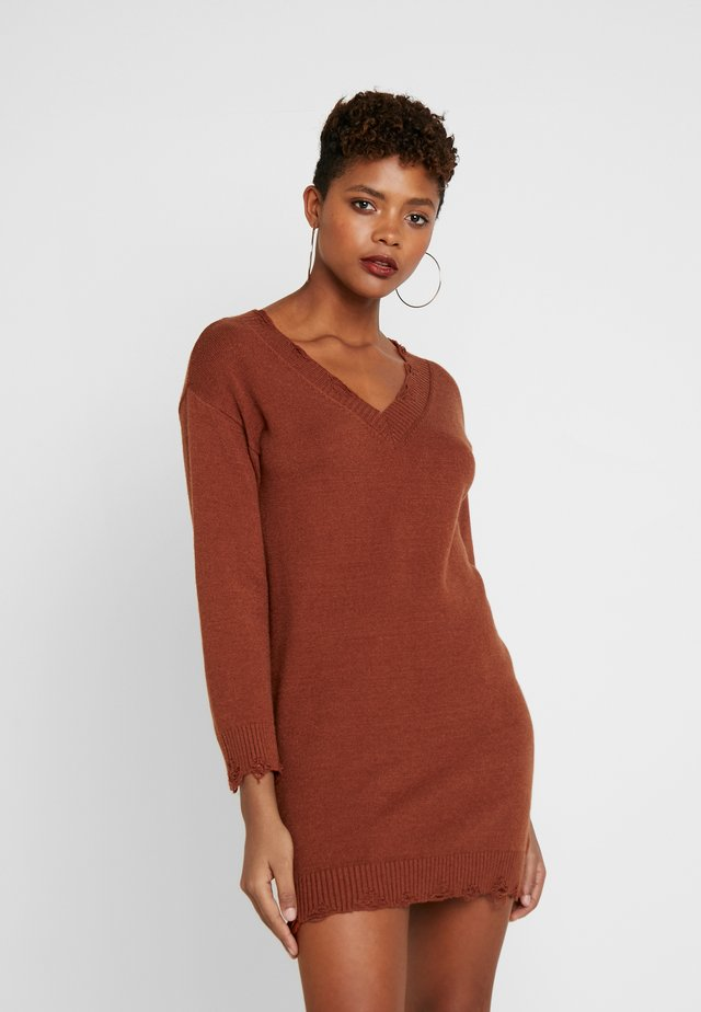DESTRUCTION DRESS - Jumper dress - rust
