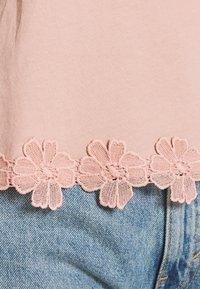 New Look - FLOWER TRIM HEM TEE - Print T-shirt - light pink - 4