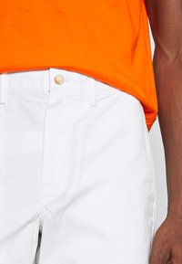 Polo Ralph Lauren - STRAIGHT FIT BEDFORD  - Shorts - pure white - 6