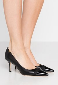 Tory Burch - PENELOPE CAP TOE  - Czółenka - perfect black - 0