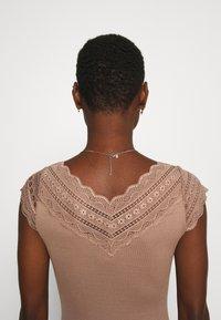 Rosemunde - REGULAR WIDE - Print T-shirt - nougat brown - 5