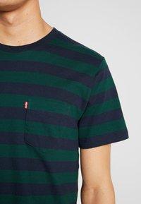 Levi's® - SET IN SUNSET POCKET - T-shirt med print - nightwatch blue/pine grove - 4