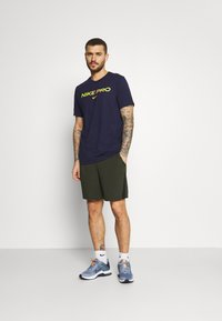 Nike Performance - TEE PRO - Print T-shirt - blackened blue/cyber