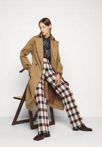 Victoria Victoria Beckham - STRAIGHT TROUSER - Spodnie materiałowe - multi - 4