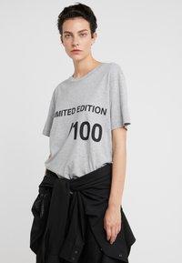 MM6 Maison Margiela - T-shirt imprimé - grey melange - 0