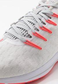 Nike Performance - AIR ZOOM VOMERO 14 - Obuwie do biegania treningowe - white/laser crimson/grey fog/track red - 5